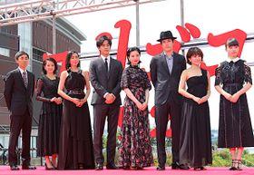 吉高由里子、ブラック花柄ドレスで松坂桃李らとレッドカーペットを闊歩!