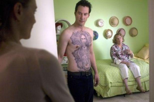 キアヌが演じるのは、上半身に大きなタトゥーを施したエキセントリックな青年・クリス