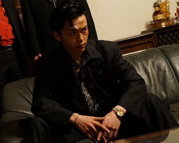 『日本で一番悪い奴ら』にも出演した中村倫也は、尾谷組の構成員・永川を演じる