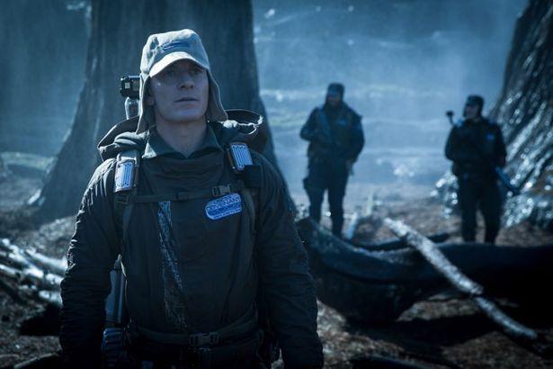 マイケル・ファスベンダーが2タイプのアンドロイド役で登場