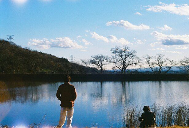 娯楽を禁止された日本が舞台の『サラバ静寂』。音楽に夢中になる若者たちの姿を描く