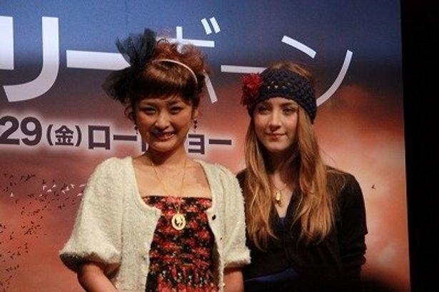 『ラブリーボーン』のシアーシャ・ローナンと、花束贈呈のゲストとして登壇した石川梨華
