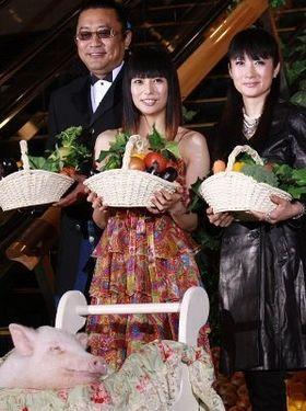 """柴咲コウがブタと一緒に""""野菜カーペット""""に登壇"""