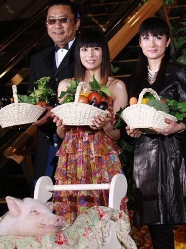 『食堂かたつむり』の柴咲コウ(中央)、余貴美子、ブラザートム。手前がブタのエルメス