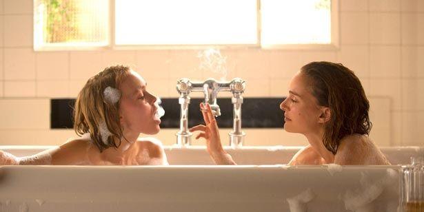 ナタリー・ポートマンとリリー=ローズ・デップが美人姉妹を演じる『プラネタリウム』。入浴シーンも美しい!