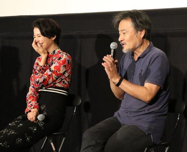 【写真を見る】最初は長澤に対し「ビクビクしていた」と黒沢監督が語ると長澤から笑顔も
