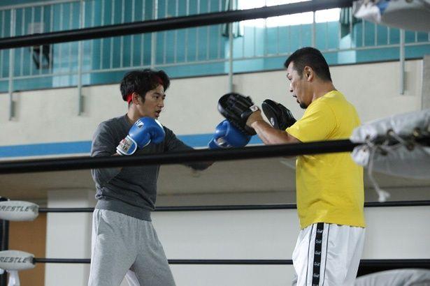 K-1チャンピオンと戦うハメになる主人公を演じる瑛太(『リングサイド・ストーリー』)