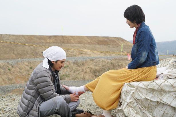 萩原とコンビを組む多満子(新垣結衣)。ケンカばかりの2人だが…(『ミックス。』)