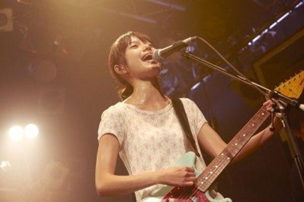 【写真】宮崎あおいがギターを手に熱唱するライブシーンに大興奮!