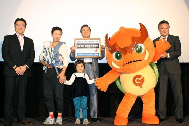 左から片岡社長、市民代表の鈴木さん親子、長友市長、「映画のまち調布」応援キャラクターのガチョラ、小畑副会長