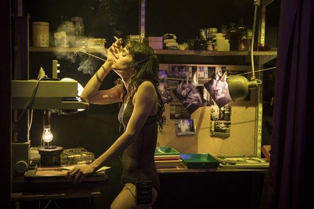 下着姿でタバコを吸う、セクシーなデルフィーヌ