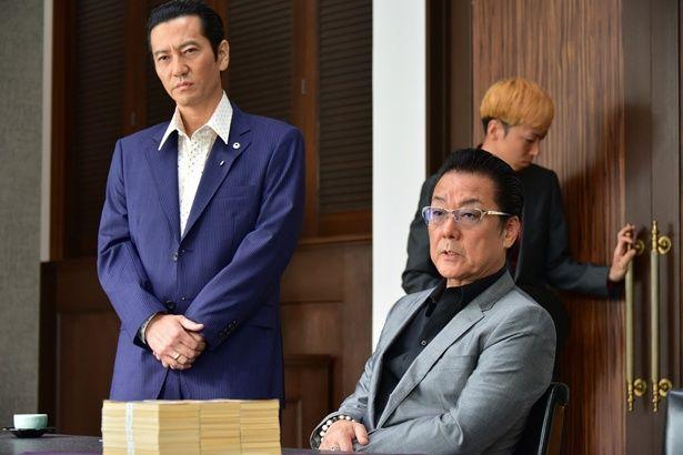 【写真を見る】津田寛治(左)は白竜(右)と共に大物フィクサー・張の側近役を好演