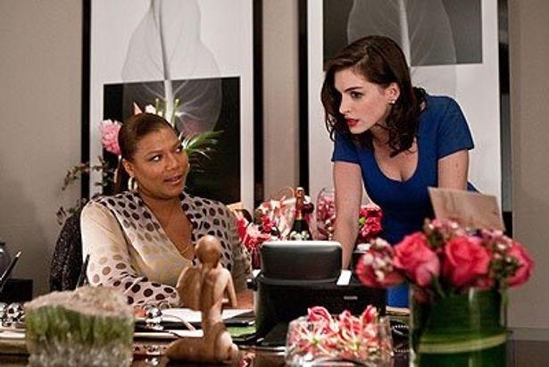 アン・ハサウェイ扮する受付嬢のリズは、バイトでテレフォンセックスのオペレーターをしているのだ