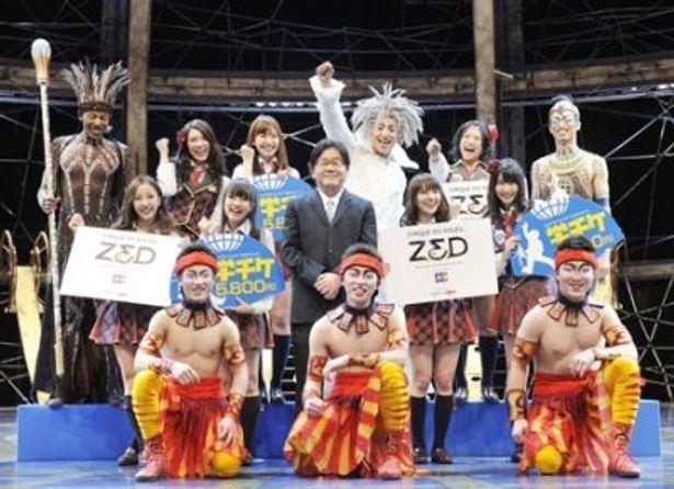 体験学習で「シルク・ドゥ・ソレイユ ZED(ゼッド)」の演目に挑戦したAKB48と秋元康