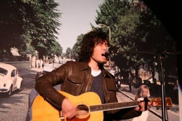 映画「ゴールデンスランバー」の特別試写会で主題歌を歌う斉藤和義