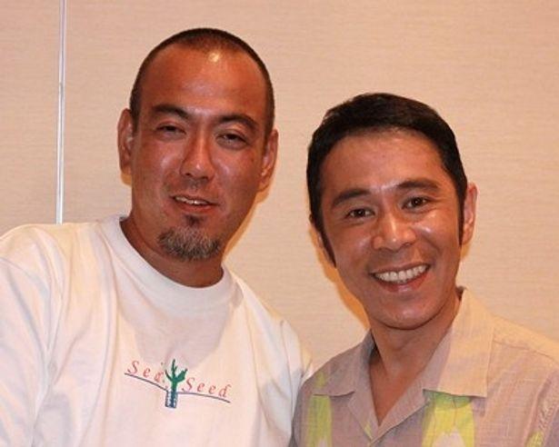 「なんくるないさ〜」。映画『てぃだかんかん』の原作者・金城浩二氏(左)と主演・ナイナイ岡村隆史(右)