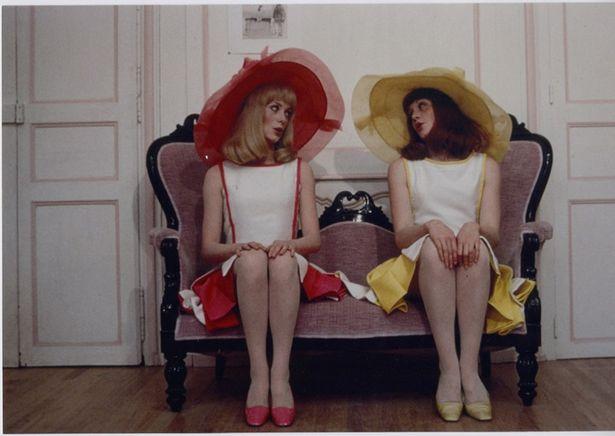 カラフルな衣装が目にも鮮やかな『ロシュフォールの恋人たち』