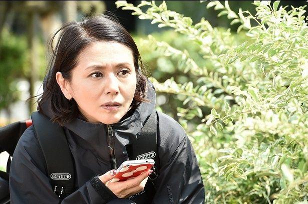 小泉今日子演じる馬場カヨは、浮気した夫を発作的に刺し、傷害罪で服役の身に
