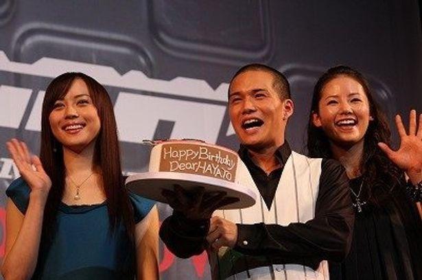 バースデーケーキにテレながらも喜んでいた市原隼人(中央)