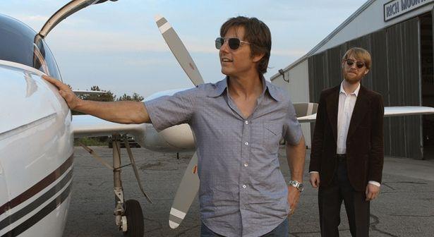 飛ぶことに魅了されたバリーは、大手航空会社を辞め波乱の人生を送ることに