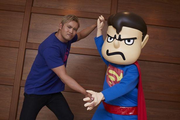 """劇中ではスーパーマンらに瞬殺されてしまったオカダ・カズチカ。取材では吉田くん×スーパーマンのキャラクター""""スパ田""""と対戦?"""