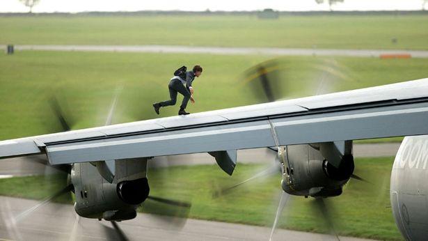 『~ローグ・ネイション』では、地上約1524メートルの高さを時速400キロで飛ぶ軍用機の上に!