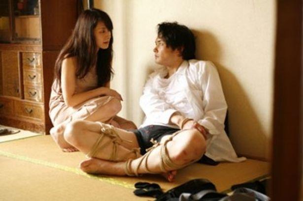 監禁されてしまう主人公を演じるのは、元イケメンライダーの小田井涼平