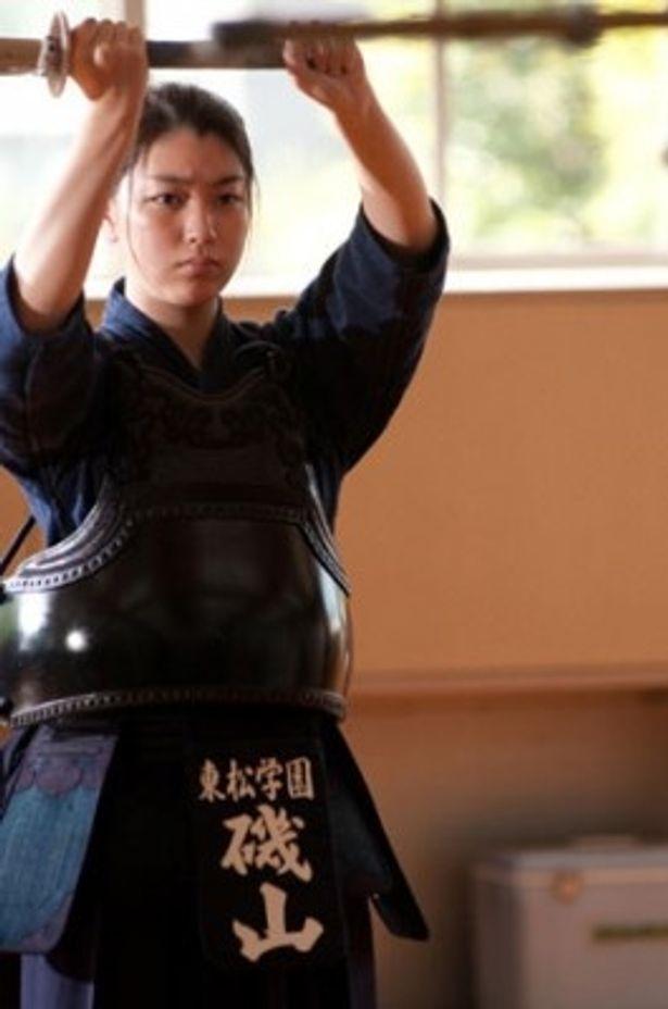 剣道着姿もさまになっている成海璃子。表情がちょっと怖い!?