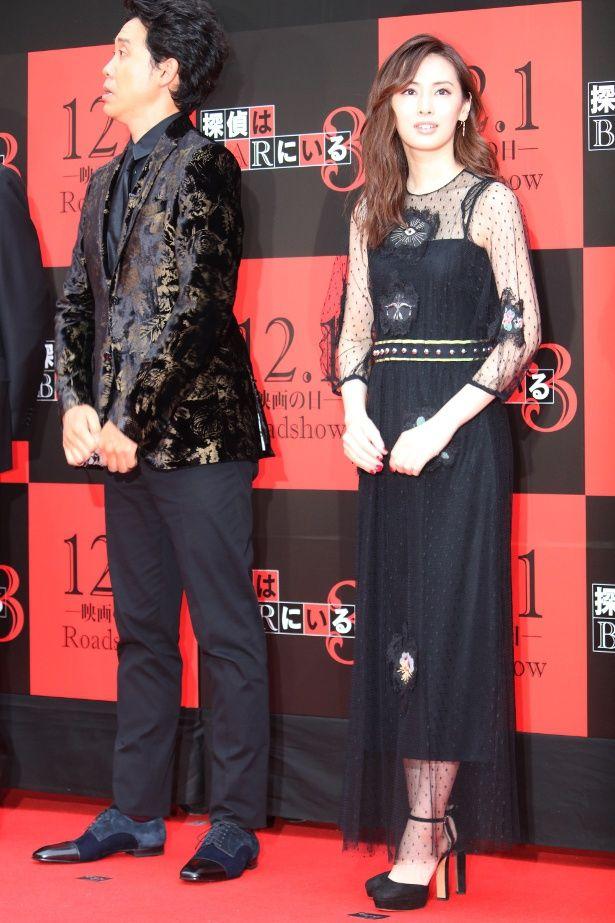 【写真を見る】北川景子、セクシーなシースルーのドレスの全身ショット