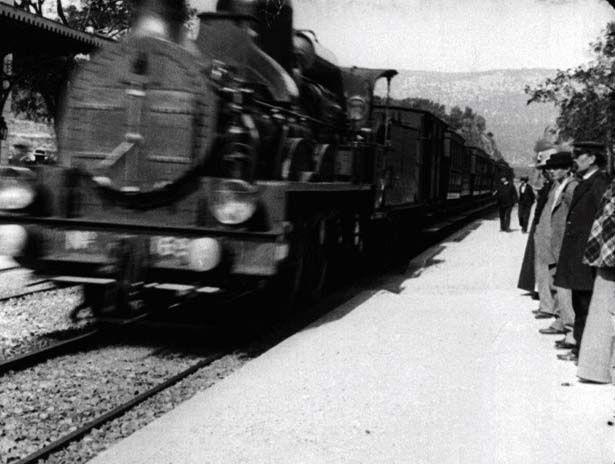 【写真を見る】ホームに入ってくる列車、それを待つ人々を捉えた『ラ・シオタ駅への列車の到着』