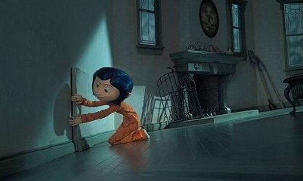 """コララインは引っ越したばかり。真夜中にふと""""封印されたドア""""を見つけるとそこには、「別の世界」が"""