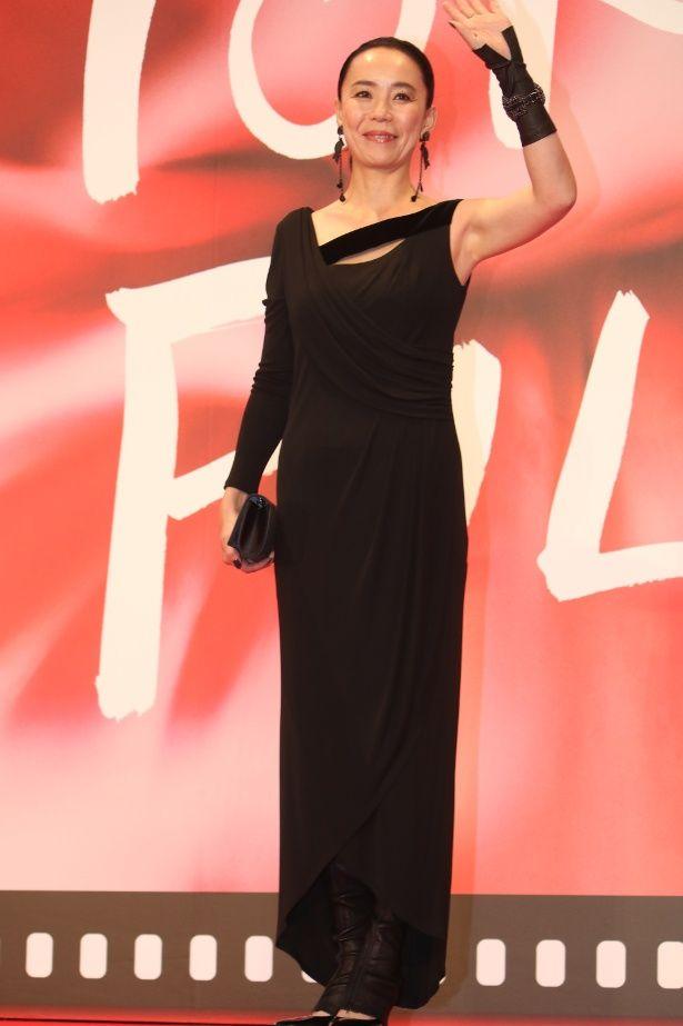 粋なデザインの黒のドレスで登場した河瀬直美監督