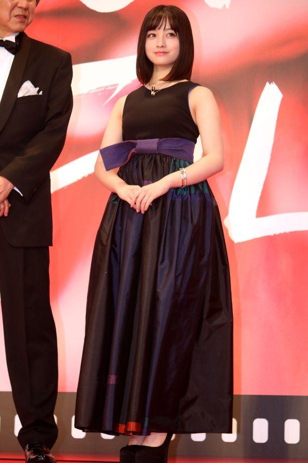 【写真を見る】可愛い!個性派ドレスの橋本環奈