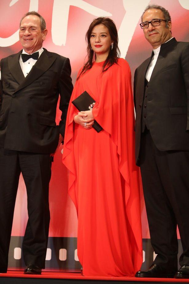 赤のドレスのヴィッキー・チャオ