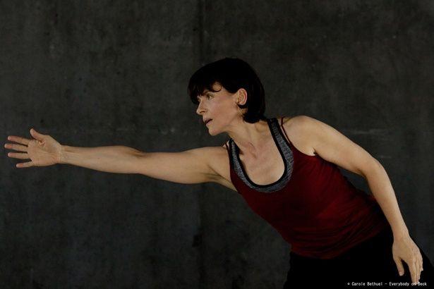 コンテンポラリーダンスを披露するジュリエット・ビノシュ。美しいダンスは必見!
