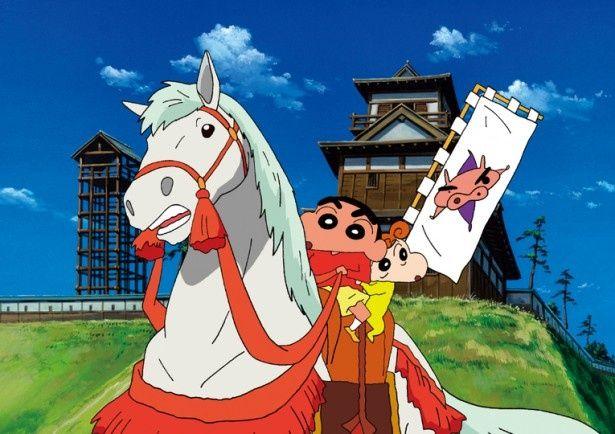 【写真を見る】『映画クレヨンしんちゃん 嵐を呼ぶ アッパレ!戦国大合戦』より。背後の山城にも時代考証のこだわりが!