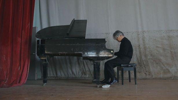 【写真を見る】東日本大震災で水没したピアノに出会った坂本。その調律の外れたを音を聞き、何を感じ取ったのだろうか?