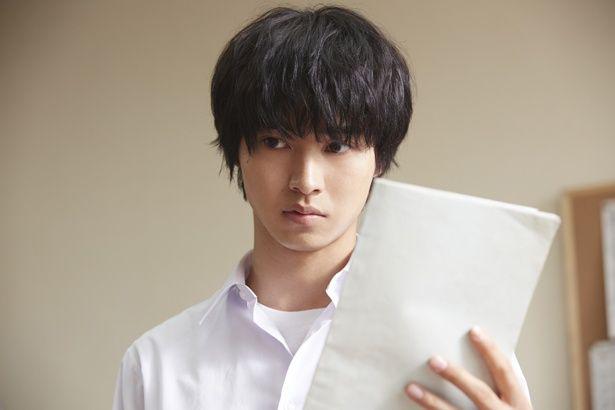省エネ主義の高校生・奉太郎を演じる山崎賢人。知的な雰囲気に惹かれる!
