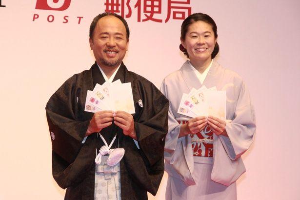 「平成30年用 お年玉付年賀はがき 販売開始セレモニー」に出席した、マキタスポーツ(左)と澤穂希(右)