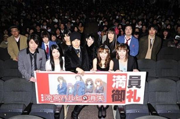 「第1シリーズから4年たって『ようやくここまできたんだな』」と感慨深げに語った平野綾(写真前列右から2人目)