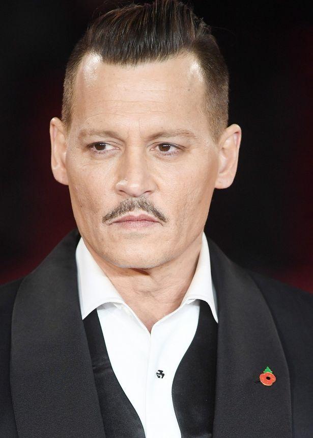 『オリエント急行殺人事件』に出演しているジョニー・デップ