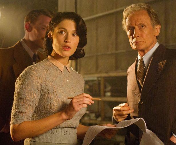 経験ゼロにもかかわらず、元コピーライター部の秘書カトリン(ジェマ・アータートン)がプロパガンダ映画の脚本を書くことに!