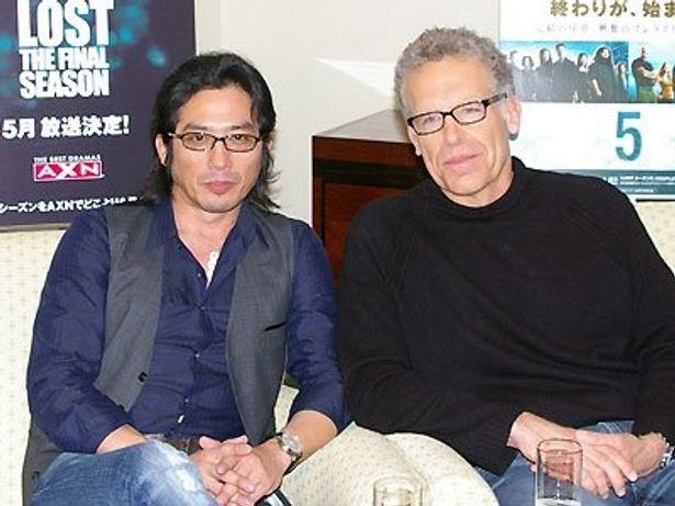海外ドラマ「LOST」に出演する真田広之とプロデューサーのカールトン・キューズ