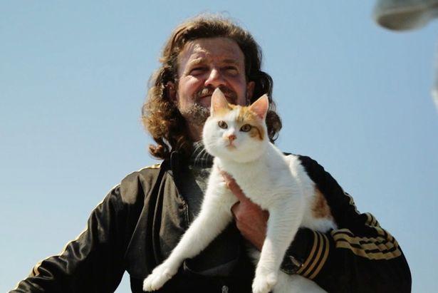 猫に人生のどん底から救われ、神様と思って恩返しをしている漁師