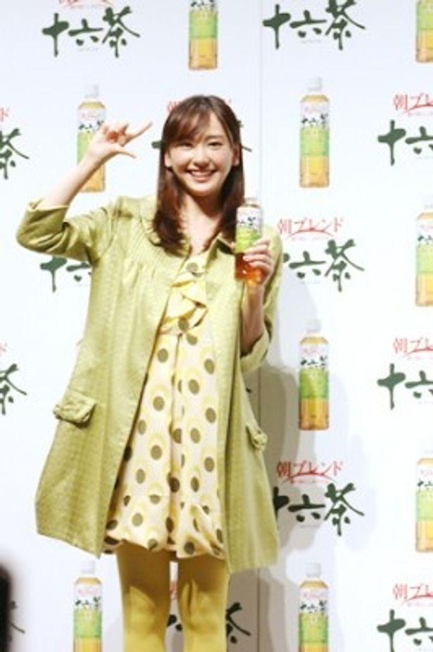 「アサヒ 十六茶」の新CM発表会見に出席した新垣結衣