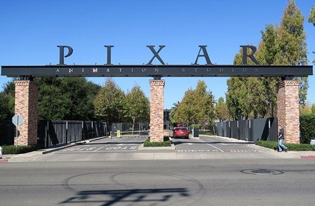 カリフォルニア州の広大な敷地に建てられたピクサー・アニメーション・スタジオ。入口からオフィスまで並木道が続いている