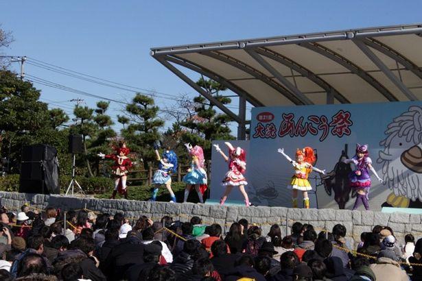 ステージ前方にお子さま&親子連れ専用スペースが用意され、子どもたちも「キラキラ☆プリキュアアラモード」ショーに夢中