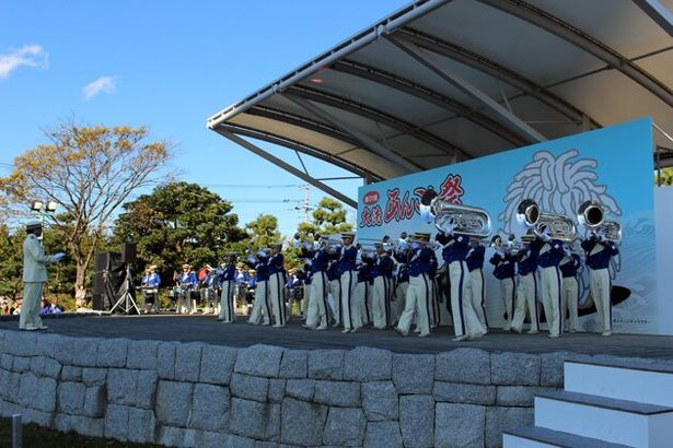県立大洗高校マーチングバンドBLUE-HAWKSの見事な生演奏。曲間の顧問のトークもクセになる