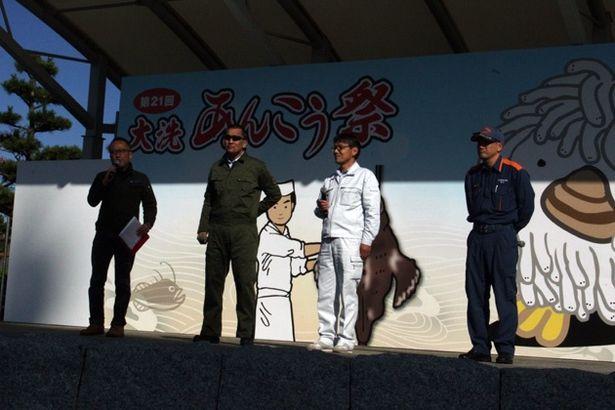 大洗町の方々と地域防災を語る蝶野選手(左から2番目)。来場者は地域毎の防災体制を知っておくことの大切さを胸に刻んでいた