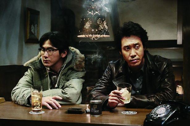 """大泉洋が""""探偵""""に扮する人気シリーズ『探偵はBARにいる3』。相棒と共にBARを根城としている"""
